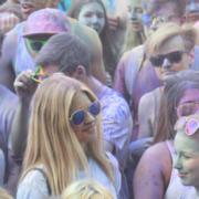 Menschengruppe beim Holi Festival