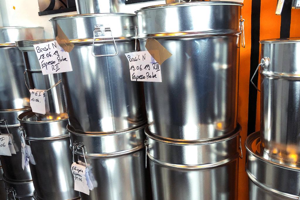 Tonnen mit Kaffee