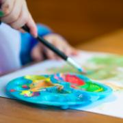 Malen mit Pinsel, Kind