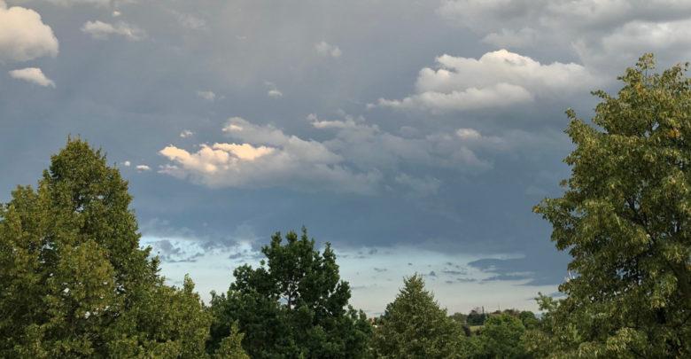 schwarzer Himmel vor Gewitter