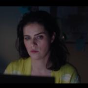 Frau vor PC bei Nacht