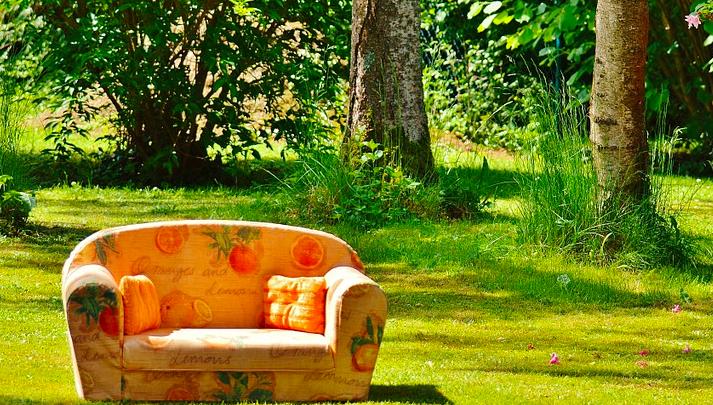 couch-auf-wiese
