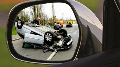 Bei einem Unfall auf der A93 bei Rehau hat sich ein Auto überschlagen.
