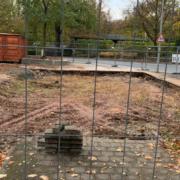 Hier stand einst das Toilettenhäuschen neben dem Festspielhaus. Foto: Redaktion