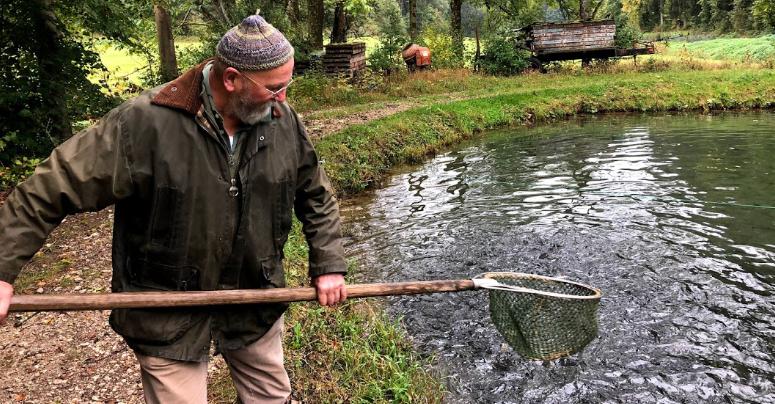 Fischzucht im Aufseßtal: Karl-Peter Schwegel in Aktion. Foto: Christoph Scholz.