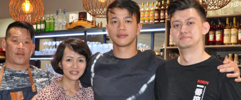 (v.l.n.r.): Koch Kay Tanaka, daneben Thi Hiep Nguyen und ihr Sohn und Inhaberdes Wagaya, Tuan Anh Nguyen, sowie Sushi-Koch Dennis Lee. Archiv: Redaktion.