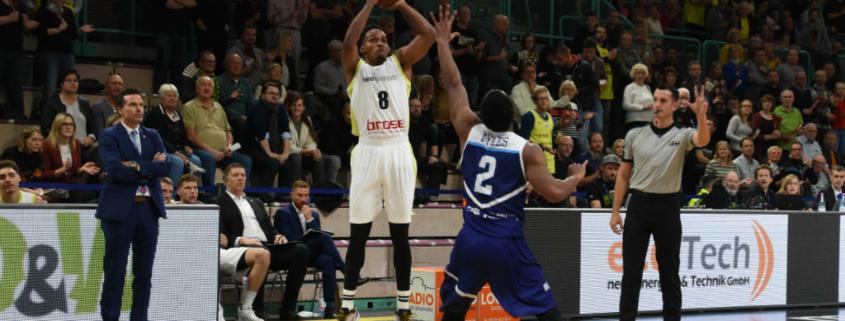 medi Bayreuth: James Woodard setzt im FIBA Europe Cup zum Dreier an.