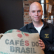 Kaffeebauer Timo Plötz aus Brasilien besucht regelmäßig Barista Simon Bayer im Crazy Sheep. Foto: Carolin Richter
