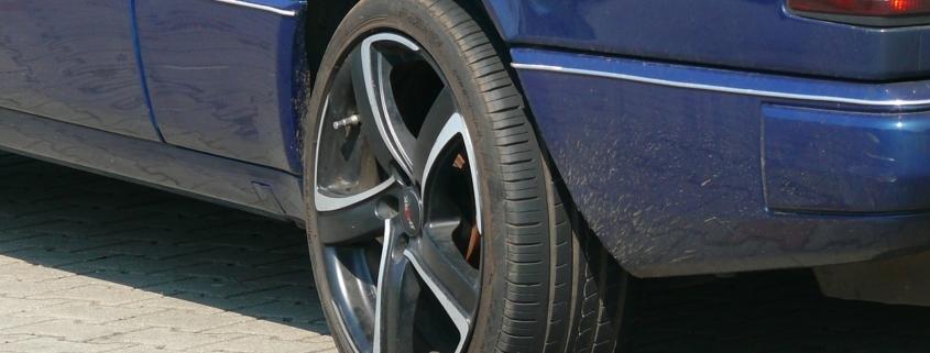 Ein Unbekannter hat Reifen zerstochen.