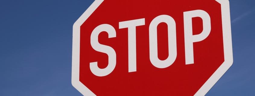 Ein 18-Jähriger hat ein Stoppschild übersehen und einen Unfall gebaut.