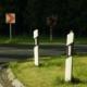 Bei einem Unfall sind Straßenpfosten und Schilder beschädigt worden. Das Fahrer ist geflüchtet.