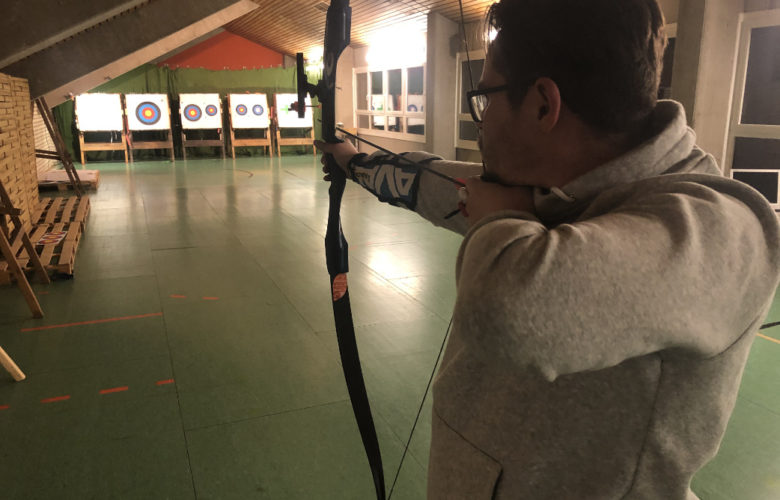 bt-Redakteur Christoph Wiedemann testet Bogenschießen beim BTS in Bayreuth.