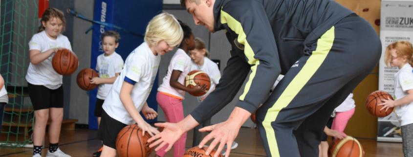 medi Bayreuth Schultour: Andreas Seiferth trainiert mit Schulkindern.