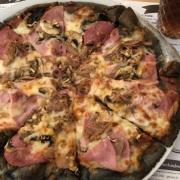 Aktivkohle-Pizza bei Holzofen in Bayreuth. Foto: Susanne Monz