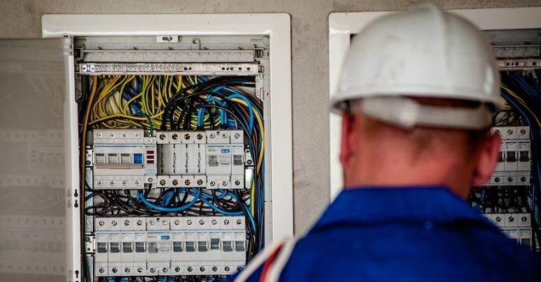Ein Elektriker bei der Arbeit. Symbolbild: pixabay
