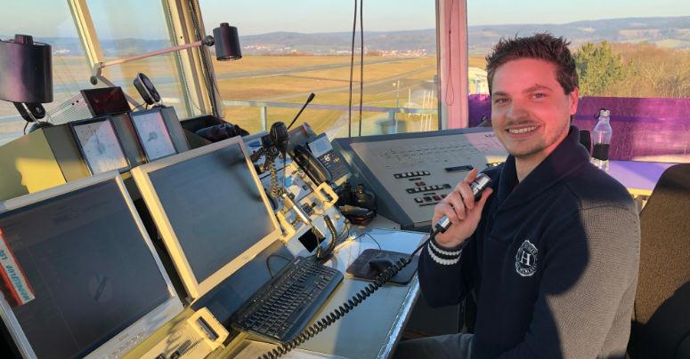 Lars Renner arbeitet als Flugleiter am Flugplatz Bayreuth. Foto: Susanne Monz