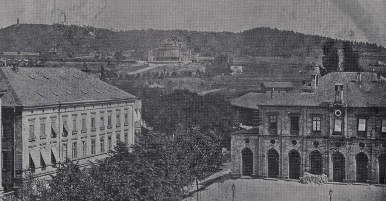 Blick auf das Festspielhaus im Jahr 1880. Im Vordergrund ist das alte Bahnhofsgebäude und das Bahnhofshotel zu sehen. Foto: Archiv Bernd Mayer.