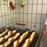 Meisterbäcker Michael Rindfleisch beim Krapfen backen. Foto: Oliver Riess