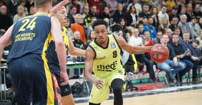 James Woodard von medi bayreuth im Angriff gegen die EWE Baskets Oldenburg. Foto: Frederik Eichstädt