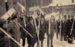 Antreten zum Schneeschippen im Jahrhundertwinter 1962/63. Nachdem ein Viertel der Bauhofmitarbeiter aufgrund ihres wochenlangen Einsatzes erkrankten, berief Oberbürgermeister Hans Walter Wild seine Beamten zum Schneeschippen. Foto: Archiv Bayreuther Tagblatt