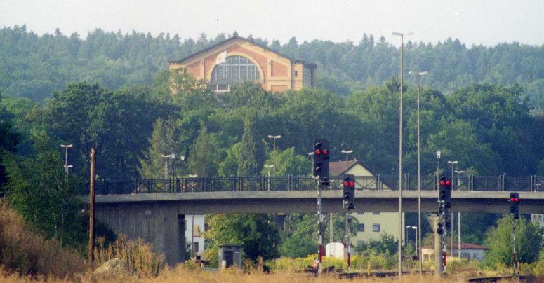 """Wagnerianer und Kenner des """"Rheingold"""" wissen was gemeint ist: """"Zur Burg führt die Brücke"""" heißt es im letzten Akt von Wagners """"Rheingold"""". Auch hinter dem Hauptbahnhof führt eine Brücke zur Burg. Foto: Stephan Müller."""