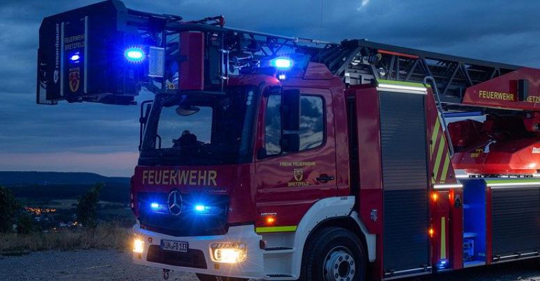 Die Feuerwehr mit Blaulicht unterwegs. Symbolbild: Pixabay