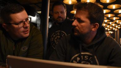 Camillo Tomanek (links), Michael König (Mitte) und Valentin Bräunlein (rechts) diskutieren über das neue BBQ-Bier der Brauerei Maisel & Friends. Foto: Christoph Wiedemann