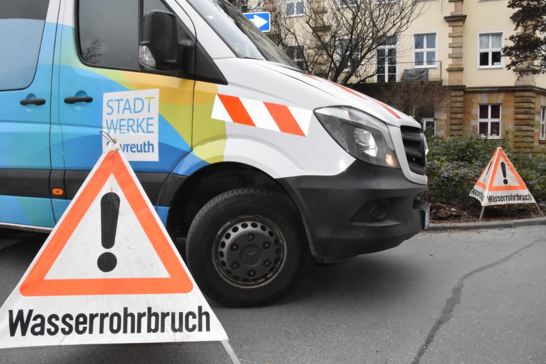 Wasserrohrbruch in Bayreuth. Die Alexanderstraße muss gesperrt werden. Foto: Christoph Wiedemann