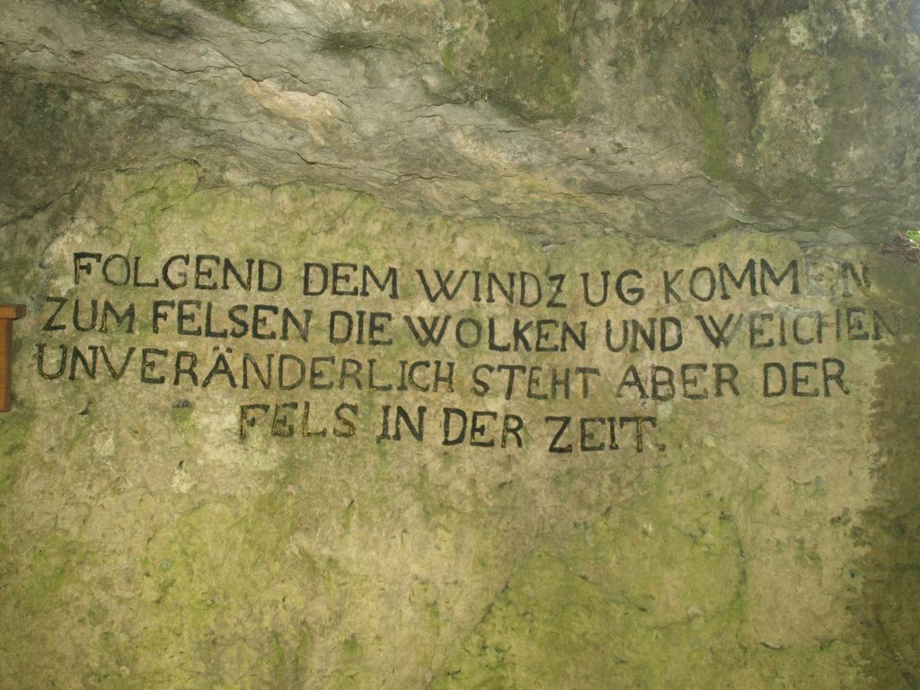 Der König-Ludwig-Felsen bei Doos mit Inschrift aus dem Jahr 1830.