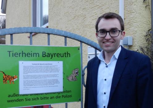 Tobias Haschka vorm Tierheim Bayreuth. Foto: Privat