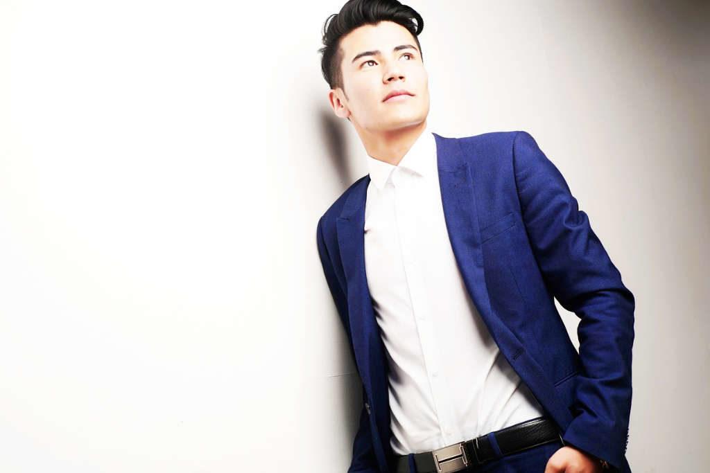 blauer enger Anzug für den Mann