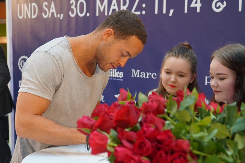 Bachelor Andrej Mangold schreibt Autogramme im Rotmaincenter