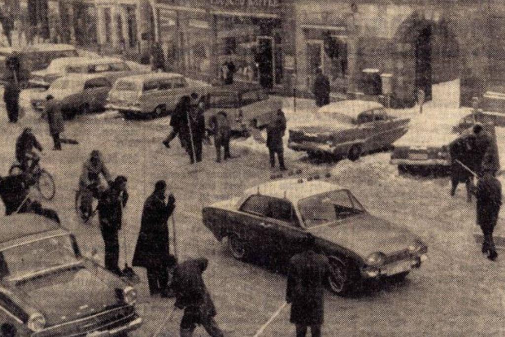 Beamte beim Schneeschippen in der Maximilianstraße. Archiv: Bayreuther Tagblatt