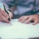 Mann füllt einen Antrag aus. Symbolbild: Pixabay