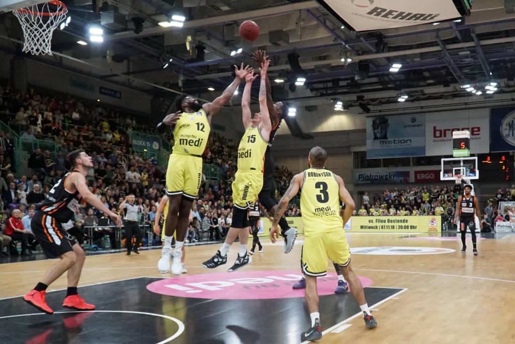 Hassan Martin und Gregor Hrovat kämpfen um den Defensiv-Rebound