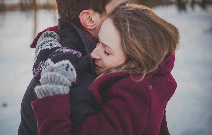 Umarmung zwischen Mann und Frau im Winter