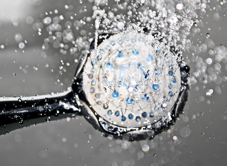 Duschkopf mit Wasser