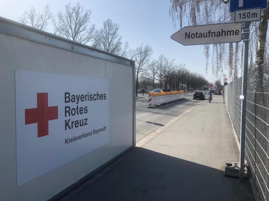 Das BRK stellt Container als Vorsorge vor das Klinikum Bayreuth. Foto: Tobias Schif/BRK Bayreuth