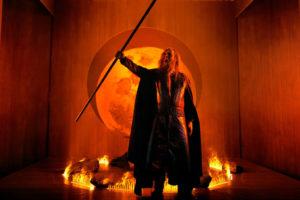 Wotan steht im flammenden Ring
