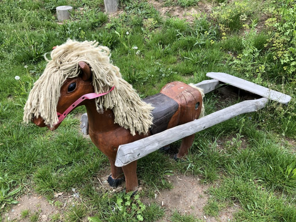 Holzpferd auf dem Spielplatz Seublitz