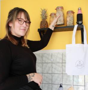 Inhaberin Julia Schappert vor einem Regal mit Müsli