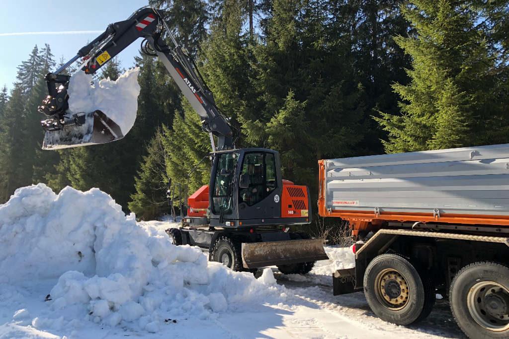 Bei Karches wird der Schnee für den Bau von