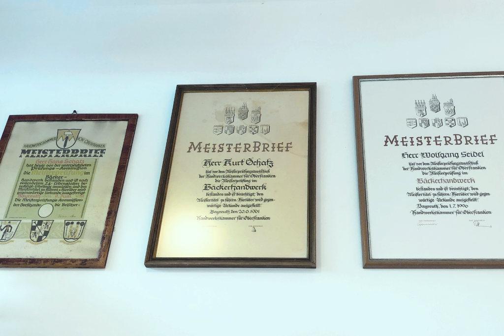 Die Meisterbriefe mehrerer Generationen der Familie Schatz.