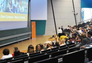 Die internationalen Studenten werden an der Uni Bayreuth begrüßt.