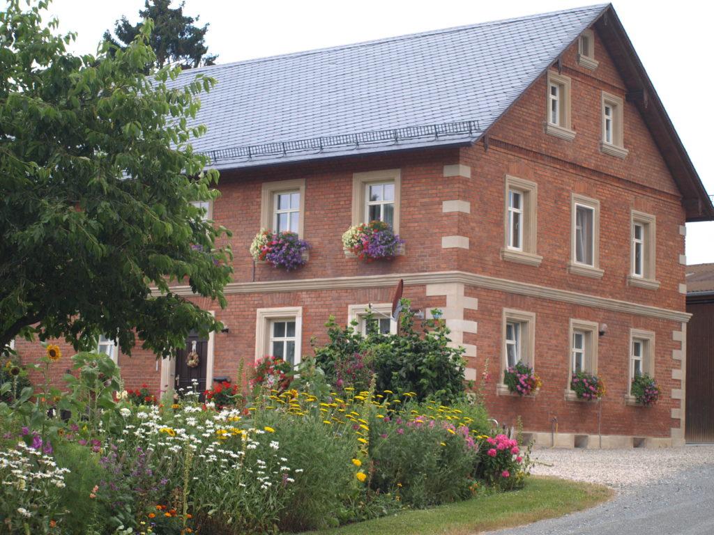Mit herrlichen Blumenschmuck erfreuen die Häuser im Ortsteil Thiergarten. Foto: Stephan Müller.