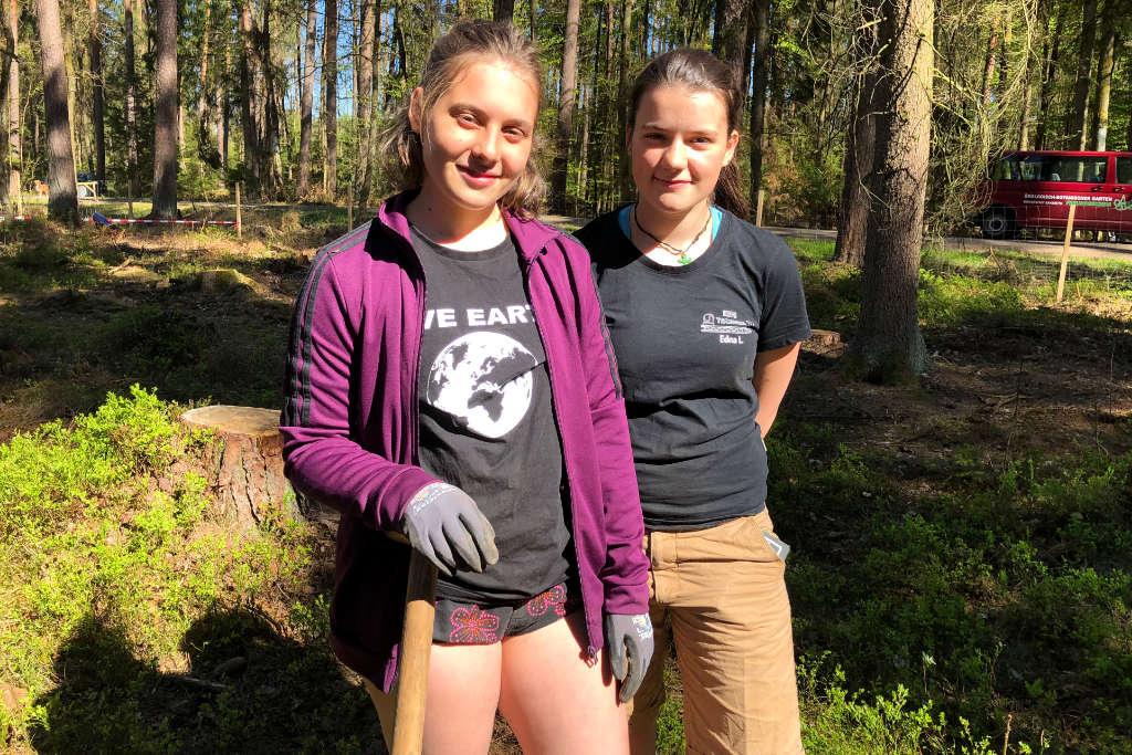 Yoko und Edna helfen mit den Bayreuther Klimawald zu pflanzen.