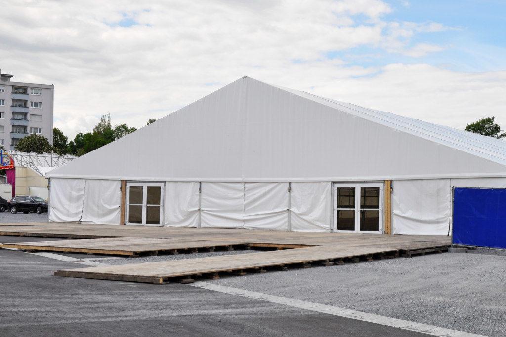 großes Zelt am Volksfestplatz
