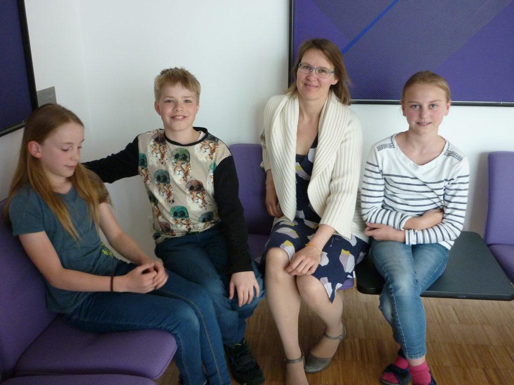 Kinderuni: (v.l.) Inken, Leander, Referentin Ruth Janal und Emma.