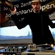 DJ Tobias Baldini legt während zu Zeiten der Ausgangsbeschränkungen live im Internet auf. Foto: Privat.