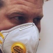 Mann mit Gesichtsmaske wegen Coronavirus. In Bayern gibt es nun ein Schutzmaskengebot. Symbolbild: pixabay